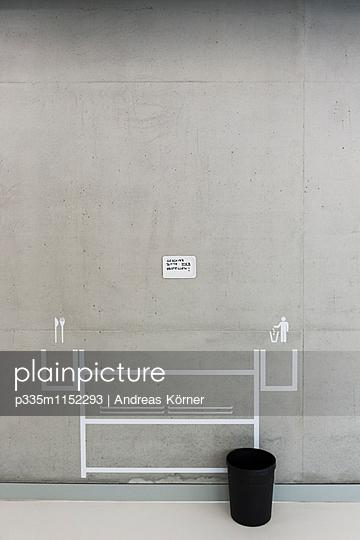 Piktogramme an der Wand einer Mensa - p335m1152293 von Andreas Körner