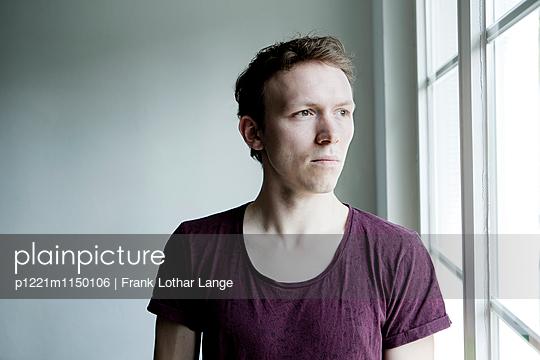 Junger Mann am Fenster - p1221m1150106 von Frank Lothar Lange