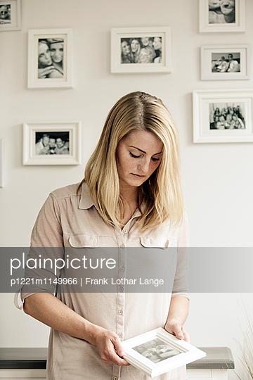 Traurige junge Frau - p1221m1149966 von Frank Lothar Lange
