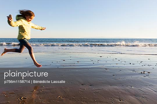 Am Strand - p756m1158714 von Bénédicte Lassalle