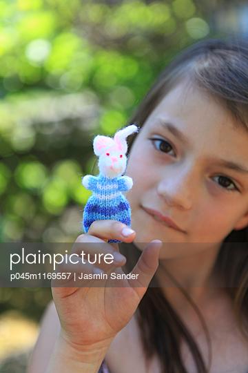 Mädchen Spielt mit Fingerpuppe - p045m1169557 von Jasmin Sander