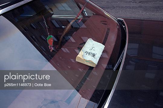 Bibel im Auto - p265m1146973 von Oote Boe