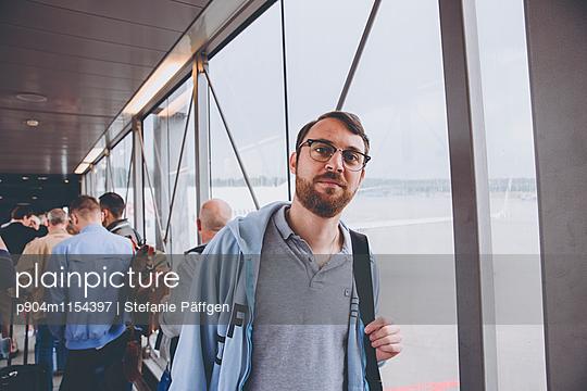 Passagier im Flughafen - p904m1154397 von Stefanie Neumann