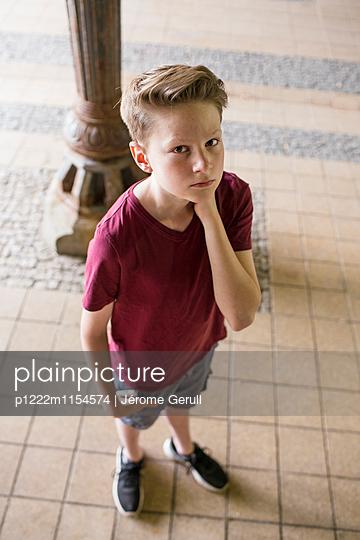 Nachdenklicher Junge - p1222m1154574 von Jérome Gerull