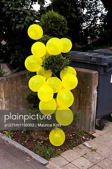 Gelbe Ballons - p1271m1159303 von Maurice Kohl