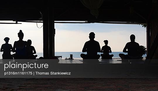 Yoga am Strand, Ko Lanta, Andaman Sea, Thailand, Asien - p1316m1161175 von Thomas Stankiewicz