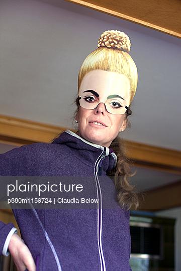 Frau mit Maske - p880m1159724 von Claudia Below