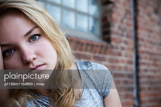 Portrait junge Frau - p1156m1164869 von miep