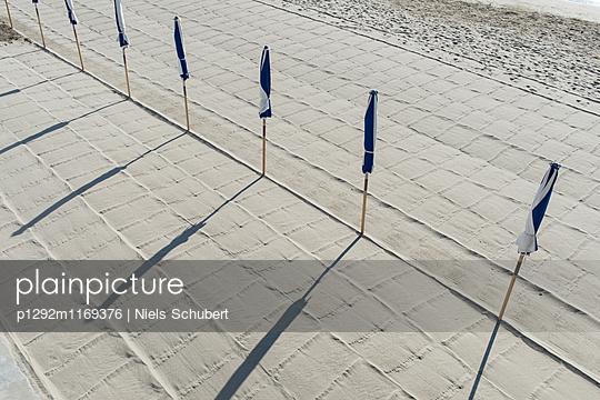 Sonnenschirme am Strand - p1292m1169376 von Niels Schubert