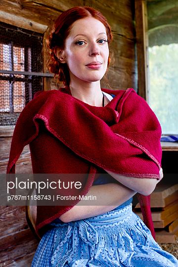 Frau in einer Holzhütte - p787m1158743 von Forster-Martin