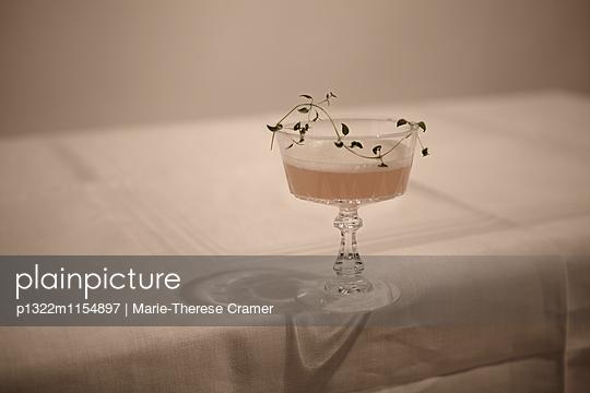 Cocktail ´Teathyme´ mit Wodka,Tee und Thymian - p1322m1154897 von Marie-Therese Cramer