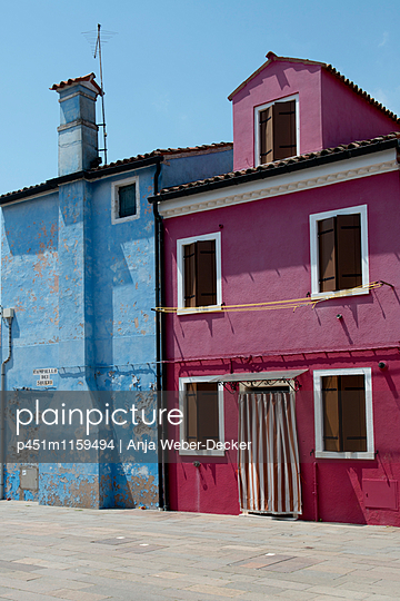 Bunte Häuser auf Burano - p451m1159494 von Anja Weber-Decker
