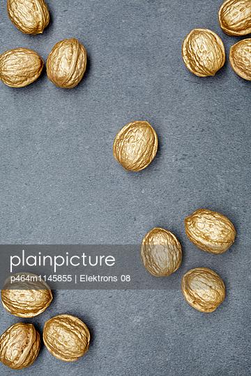 goldene Walnüsse - p464m1145855 von Elektrons 08