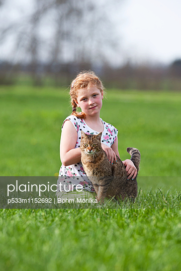 Mädchen mit Hauskatze - p533m1152692 von Böhm Monika