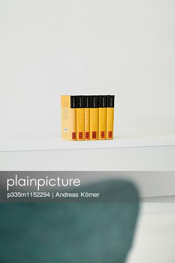 Duden auf einem Regal - p335m1152294 von Andreas Körner