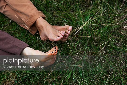 Füße eines Paares im Gras - p1212m1159152 von harry + lidy