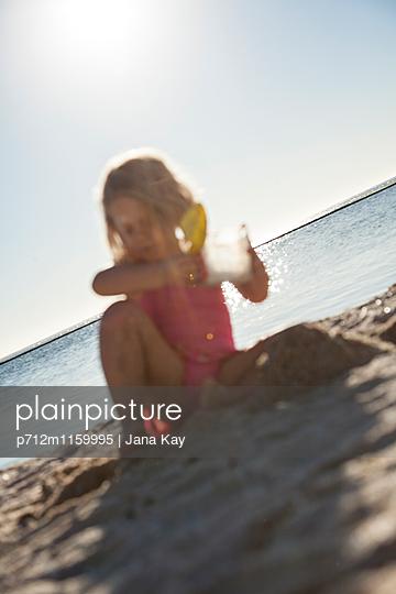Kleines Mädchen spielt am Strand - p712m1159995 von Jana Kay