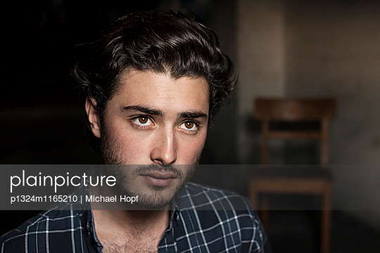 Porträt eines jungen Mannes mit Dreitagebart - p1324m1165210 von michaelhopf