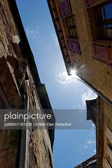 Sonnenstrahlen zwischen Hausfassaden - p260m1161236 von Frank Dan Hofacker