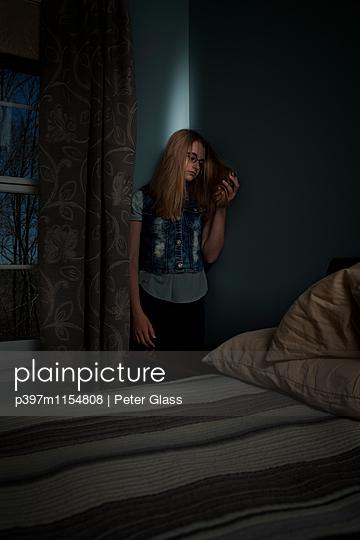 Junges Mädchen in ihrem Schlafzimmer - p397m1154808 von Peter Glass