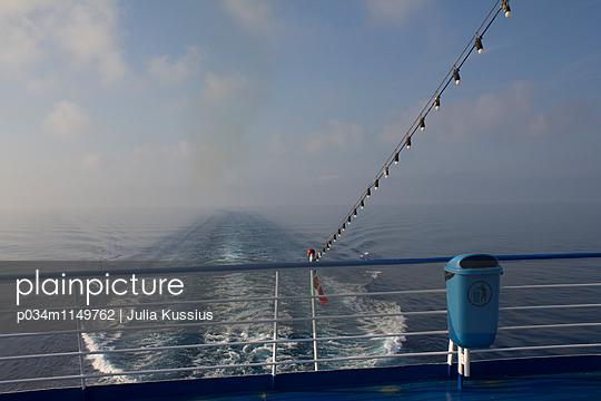 Fähre auf dem Meer - p034m1149762 von Julia Kussius