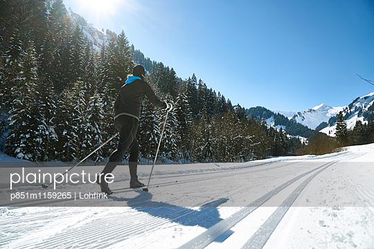 Skilangläuferin unterwegs - p851m1159265 von Lohfink