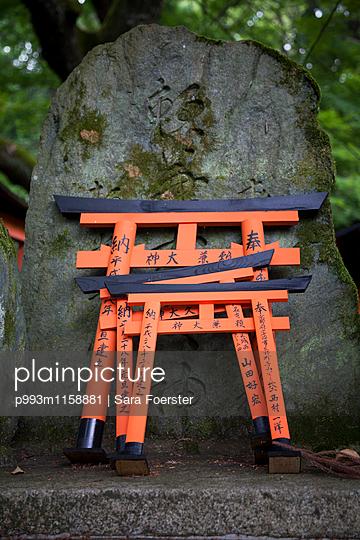 Japanischer Grabstein - p993m1158881 von Sara Foerster