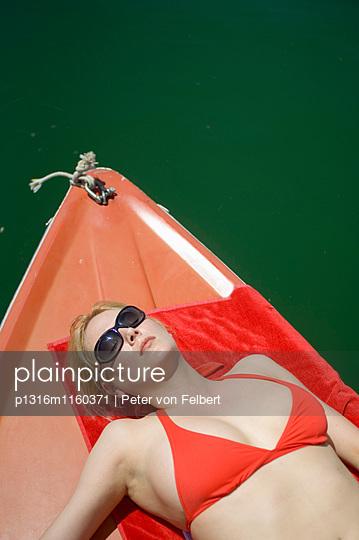 Bayern, Deutschland, Starnberg, Starnberger See, Elektroboot, Frau mit Ipod, Leoni, rot, See, sonnig, blond - p1316m1160371 von Peter von Felbert