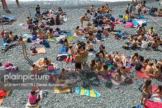 Sonnenbaden am Strand, Camogli, Provinz Genua, Riviera di Levante, Ligurien, Italien - p1316m1160775 von Daniel Schoenen
