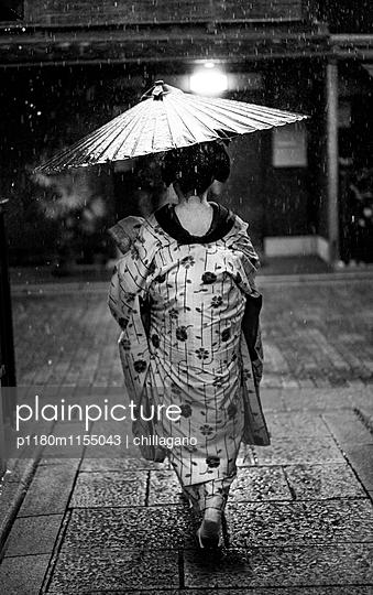 Japanische Maiko auf dem Weg zur Arbeit - p1180m1155043 von chillagano