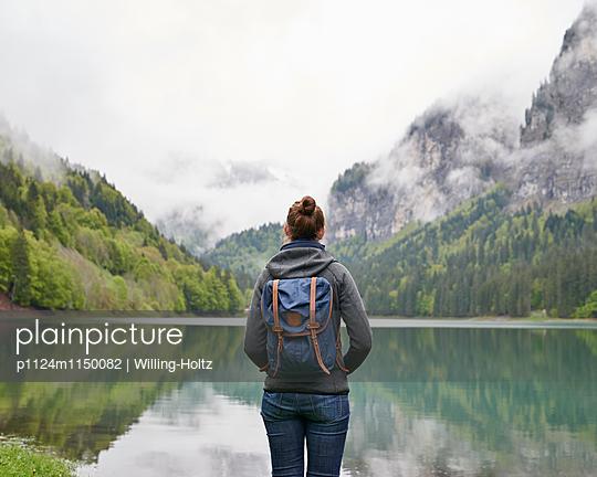 Frau blickt auf den Lac de Montriond - p1124m1150082 von Willing-Holtz