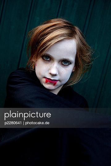 plainpicture - plainpicture p2280641 - Kleiner Vampir - plainpicture ...