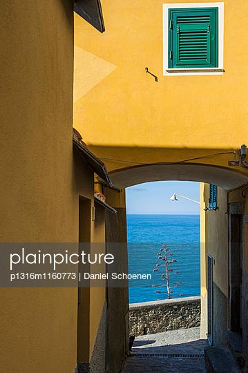 Blick durch einen Torbogen aufs Meer, Corniglia, Cinque Terre, La Spezia, Ligurien, Italien - p1316m1160773 von Daniel Schoenen