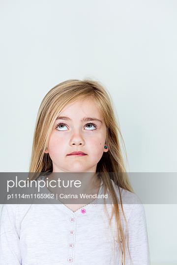 Mädchen blickt nach oben - p1114m1165962 von Carina Wendland