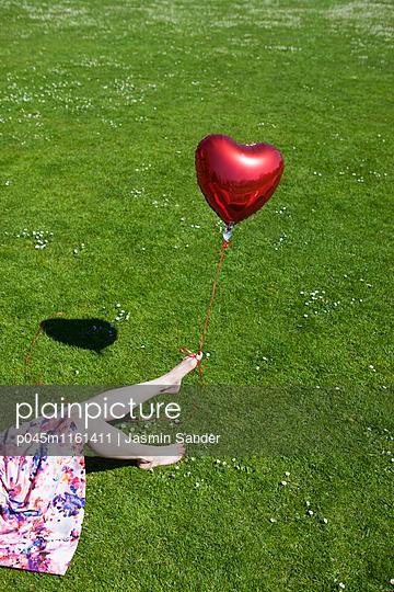 Herz an Fuß gebunden - p045m1161411 von Jasmin Sander