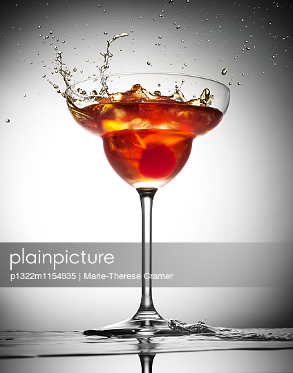 Cocktail ´Manhattan´ im Gegenlicht - p1322m1154935 von Marie-Therese Cramer