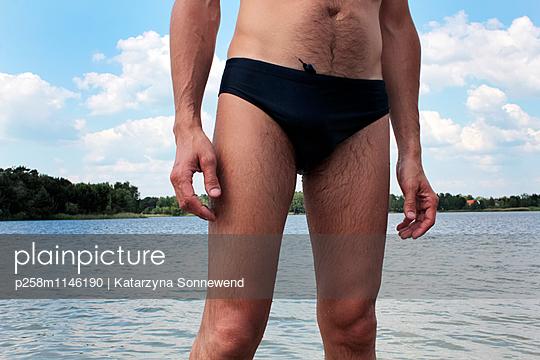 Mann im Bernsteinsee - p258m1146190 von Katarzyna Sonnewend