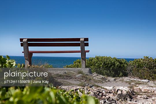 Sitzbank am Meer - p712m1159978 von Jana Kay