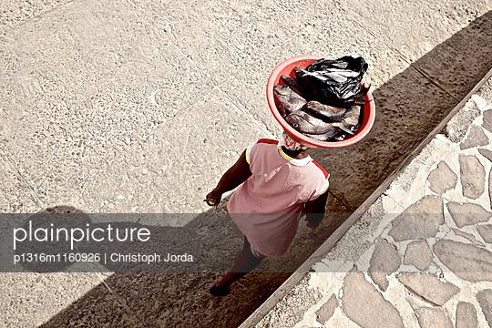 Frau trägt Fisch in einer Schüssel auf den Kopf, Praia, Santiago, Kap Verde - p1316m1160926 von Christoph Jorda