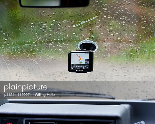 Navigationsgerät an Windschutzscheibe im Regen - p1124m1150074 von Willing-Holtz