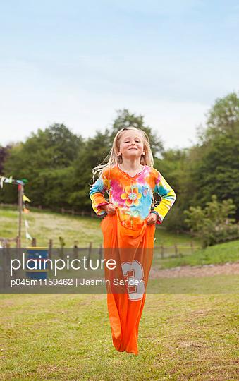 Sackhüpfen spielen - p045m1159462 von Jasmin Sander