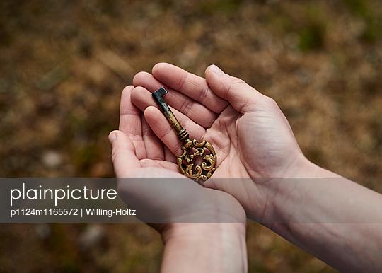 Hände mit Schlüssel  - p1124m1165572 von Willing-Holtz