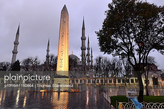 Hippodrom mit Sultan-Ahmet-Moschee am Abend, Istanbul, Türkei - p1316m1160864 von Thomas Stankiewicz