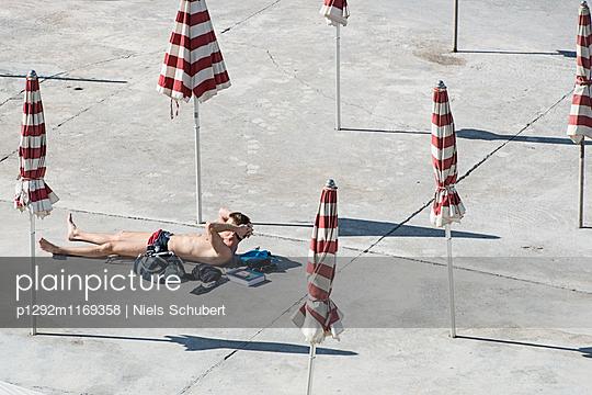 Sonnenbaden zwischen Sonnenschirmen - p1292m1169358 von Niels Schubert