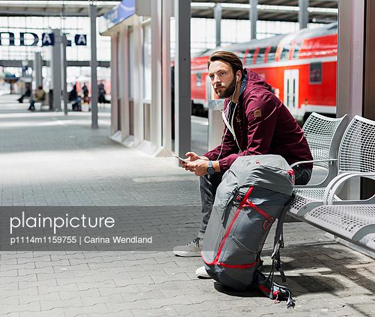 Warten am Bahnhof - p1114m1159755 von Carina Wendland