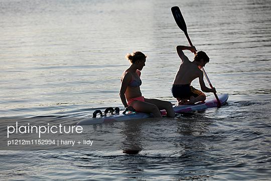 Kinder auf dem Surfbrett - p1212m1152994 von harry + lidy