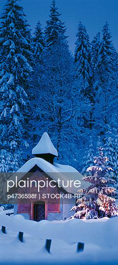 a68f4441aa Chapel with Christmas tree near Klais