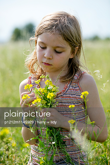 Mädchen mit Blumenstrauß in der Wiese - p1212m1145929 von harry + lidy