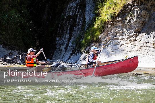 Ein Mädchen und eine Frau auf einem Kanu Trekking auf dem Whanganui River, Nordinsel, Neuseeland - p1316m1161161 von Bernard van Dierendonck