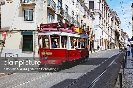Tram in Lissabon - p1272m1154344 von Steffen Scheyhing